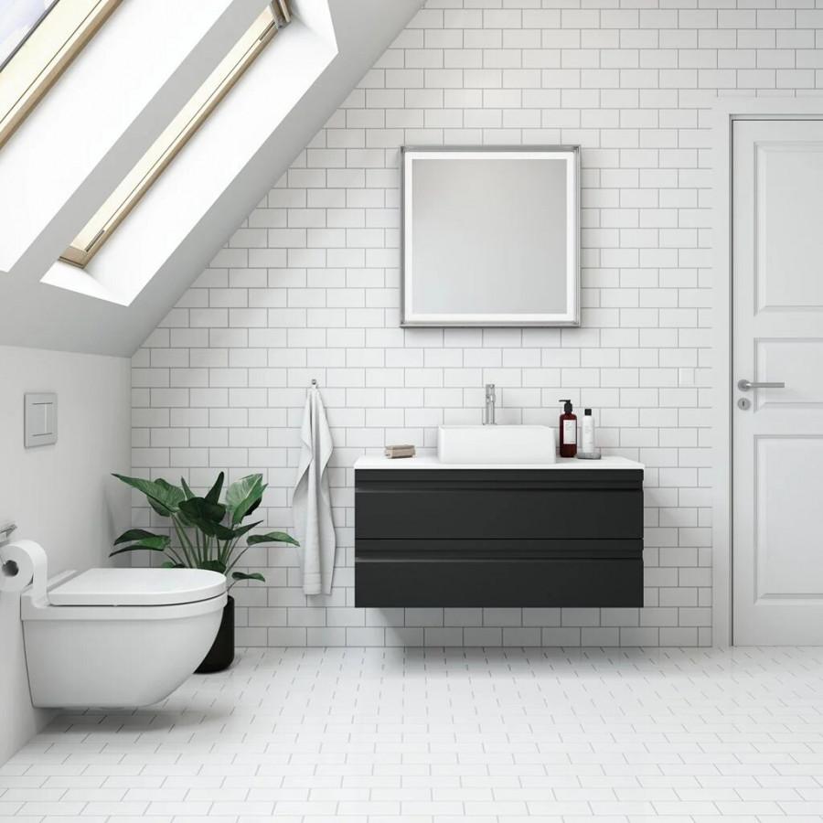 Kakla en fondvägg i badrummet